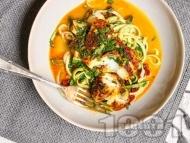 Ароматна пържена риба треска с подправки с гарнитура от нудли от тиквички и сметанов сос
